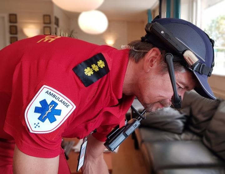 Jodacare-brillen i bruk av ambulansemedarbeider