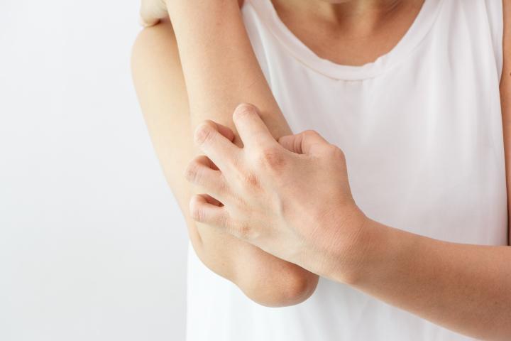 Gjennomfører kliniske studier på hudsykdommer med glans